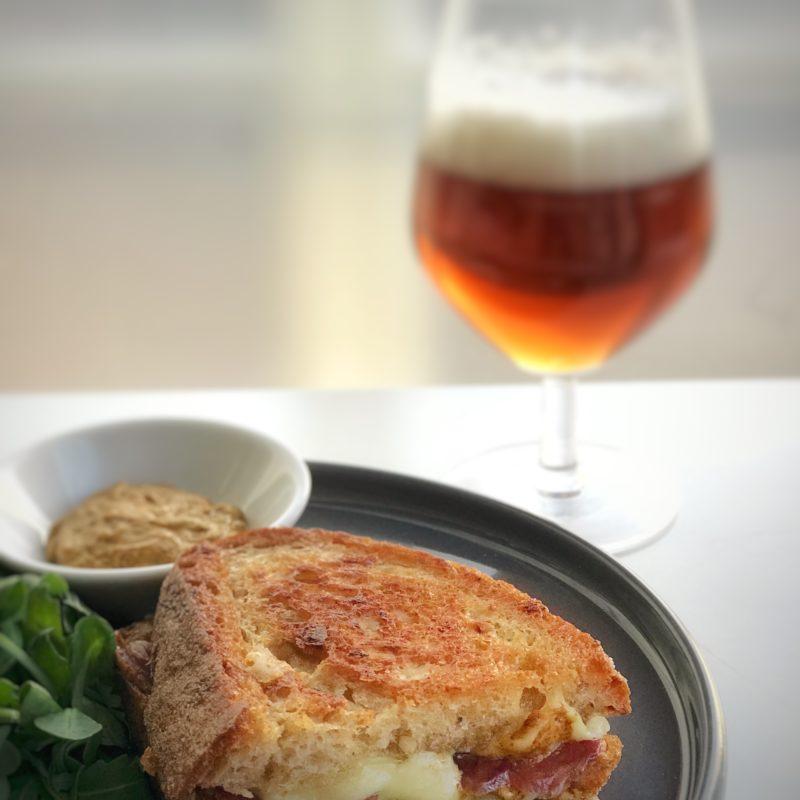 Oppskrift på verdens beste ostesmørbrød fra Lille Skinkefabrikk.
